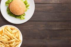 Draufsicht bbq-Hamburger und -pommes-Frites auf dem hölzernen Hintergrund Stockfotografie