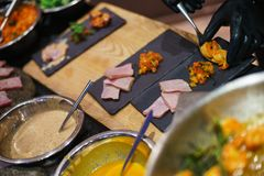Draufsicht ?ber gekochte Imbisse f?r G?ste Garnele, Thunfisch und Salate auf dem Tisch lebesmittelanschaffung stockfotos