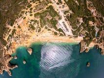 Draufsicht ?ber K?ste von Atlantik, von Strand und von Klippen in Praia de Marinha, Algarve Portugal lizenzfreies stockbild