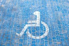 Draufsicht ?ber Parkzeichen f?r Sperrungsleute Behindertenparkplatz- und Rollstuhlsymbole auf Pflasterung stockfotografie