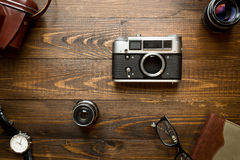 Draufsicht der alten analogen Kamera, der Linsen, des Notizbuches und der Uhren Lizenzfreie Stockfotografie