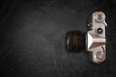 Draufsicht der alten Kamera über Tafel Stockfotos