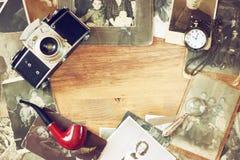 Draufsicht der alten Kamera, antike Fotografien und alte Tasche stoppen ab Stockfotografie