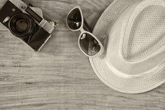 Draufsicht der alten Kamera der stilvollen Hutfrauen-Sonnenbrille über Holztisch Schwarzweiss-Foto Pekings, China Ferien und Reis Lizenzfreies Stockfoto