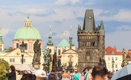 Draufsicht der alten schönen Stadt mit dem Fluss und den Brücken Prag, getont Lizenzfreie Stockfotos