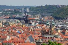 Draufsicht der alten schönen Stadt mit dem Fluss und den Brücken Prag, getont Lizenzfreies Stockfoto