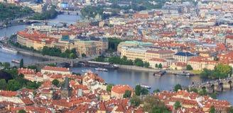 Draufsicht der alten schönen Stadt mit dem Fluss und den Brücken Prag, getont Lizenzfreie Stockfotografie