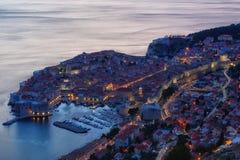 Draufsicht der alten Stadt in der Nacht, Dubrovnik lizenzfreies stockfoto