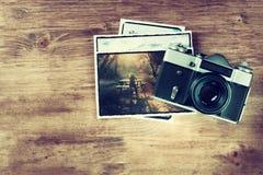 Draufsicht der alten Weinlesekamera und Bilder über hölzernem braunem Hintergrund Stockfotos