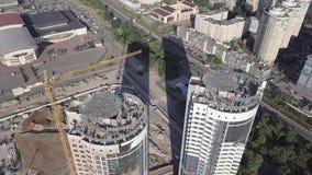 Draufsicht der Baustelle eines Wohnhohen gebäudes auf dem Damm des Dnieper-Flusses Kiew Ukraine stock video