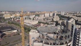 Draufsicht der Baustelle eines Wohnhohen geb?udes auf dem Damm des Dnieper-Flusses Kiew Ukraine stock footage