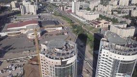 Draufsicht der Baustelle eines Wohnhohen geb?udes auf dem Damm des Dnieper-Flusses Kiew Ukraine stock video footage