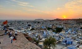 Draufsicht der blauen Stadt bei Sonnenuntergang lizenzfreie stockbilder