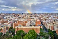 Draufsicht der Dachspitzen von Madrid und von Regenbogen nach dem Regen stockfoto