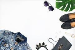 Draufsicht der Denimjacke, -Ledertasche, -schuhe, -Sonnenbrille und -uhr Lizenzfreies Stockfoto