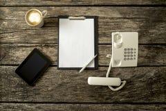 Draufsicht der digitalen Tablette, empy Blatt Papier auf schwarzem clipboa stockbilder