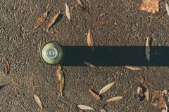 Draufsicht der Dose mit Sprühfarbe auf Asphalt Stockfotografie