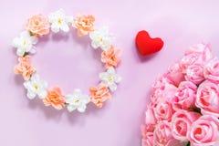 Draufsicht der Ebene legen die romantische Dekoration, St.-valentine& x27; s-Tagesbetrug Lizenzfreie Stockfotografie