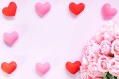 Draufsicht der Ebene legen die romantische Dekoration, St.-valentine& x27; s-Tagesbetrug Stockfotos