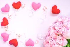 Draufsicht der Ebene legen die romantische Dekoration, St.-valentine& x27; s-Tagesbetrug Stockfoto