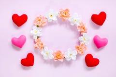 Draufsicht der Ebene legen die romantische Dekoration, St.-valentine& x27; s-Tagesbetrug Lizenzfreie Stockbilder