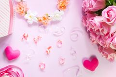 Draufsicht der Ebene legen die romantische Dekoration, St.-valentine& x27; s-Tagesbetrug Lizenzfreie Stockfotos