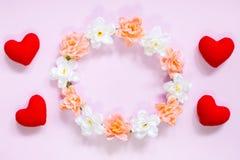 Draufsicht der Ebene legen die romantische Dekoration, St.-valentine& x27; s-Tagesbetrug Stockbild