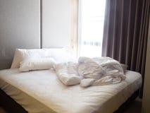 Draufsicht der Falte ungemachten Bettlaken im Schlafzimmer achtern Stockbild