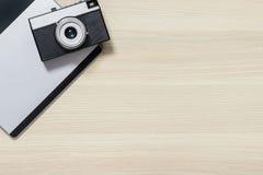 Draufsicht der Fotokamera auf dem Tisch Lizenzfreie Stockbilder