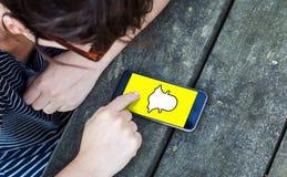 Draufsicht der Frau, die Smartphone über Holztisch mit snapch verwendet stockfotos