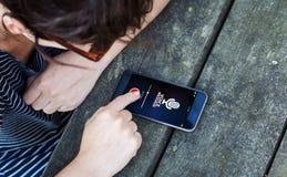 Draufsicht der Frau, die Smartphone über Holztisch mit Stimme verwendet lizenzfreie stockfotografie