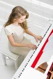 Draufsicht der Frau Klavier spielend Stockfoto
