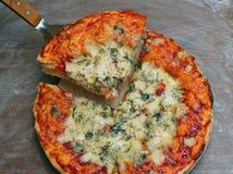 Draufsicht der frisch gebackenen Margaritapizza Stockbilder