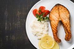 Draufsicht der gebackenen Forelle mit Gemüse und Reis Lizenzfreie Stockfotos