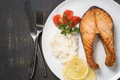 Draufsicht der gebackenen Forelle mit Gemüse und Reis Stockfoto