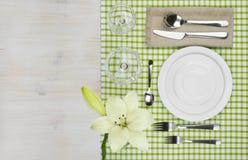 Draufsicht der gedienten hölzernen Restauranttabelle mit Kopienraum Stockfotografie