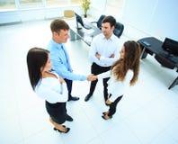 Draufsicht der Geschäftsleute, die Hände rütteln stockbild