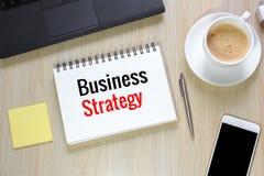 Draufsicht der Geschäftsstrategie auf Schreibtisch mit Computer, sma Stockfotografie