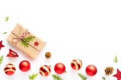 Draufsicht der Geschenkbox, der Kiefernkegel, des roten Sternes und der Glocke auf einem hölzernen weißen Hintergrund stockbild