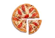 Draufsicht der geschmackvollen italienischen Pizza mit Schinken und Tomaten mit einem sli Lizenzfreie Stockfotos