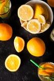 Draufsicht der gesunden und köstlichen Limonade und der Orangeade lizenzfreie stockbilder