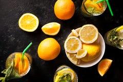 Draufsicht der gesunden und köstlichen Limonade und der Orangeade stockfotos