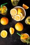 Draufsicht der gesunden und köstlichen Limonade und der Orangeade lizenzfreie stockfotografie