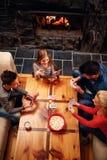 Draufsicht der glücklichen Familie, die Spaß und Spielkarten hat Stockbild