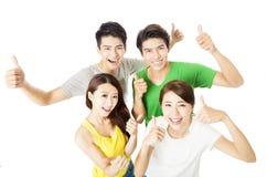 Draufsicht der glücklichen jungen Gruppe mit den Daumen oben Lizenzfreies Stockfoto