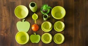 Draufsicht der grünen Porzellanschalen mit einem orange Plastiktrichter Stockfotos