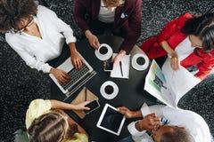 Draufsicht der Gruppe Teilhaber, die zusammenarbeiten lizenzfreie stockbilder
