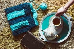 Draufsicht der handgemachten gestrickten Handtasche, des Buches, der Teekanne und der Schale lizenzfreie stockbilder