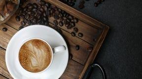 Draufsicht der heißen Lattekunst in der Kaffeetasse stockbild