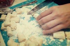 Draufsicht der Herstellung des Teigs mit ihren Händen in der Hauptküche Lizenzfreie Stockbilder